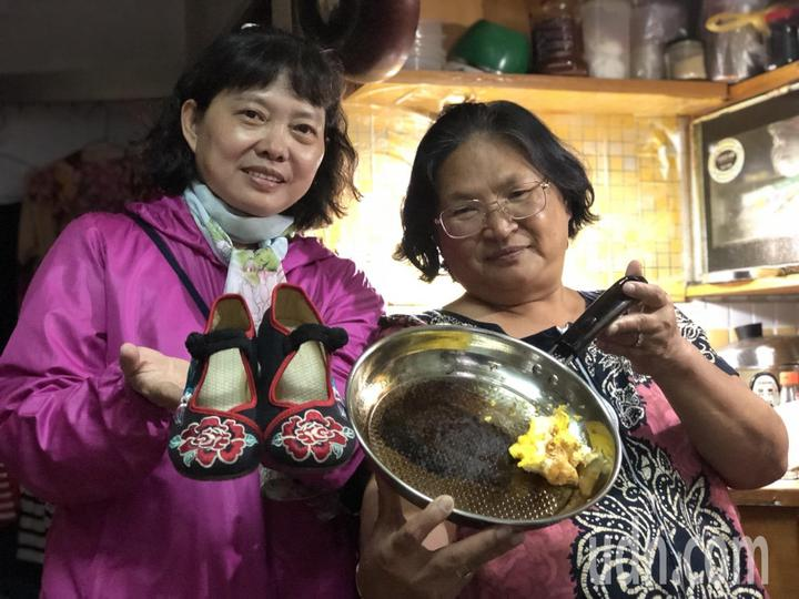 嘉義市婦人黎水妹(左)網購一雙千餘元的北京繡花鞋,寄來發現尺寸不對,連繫對方要求換貨,對方置之不理,讓她對網購失去信心。嘉義市婦人羅碧芳網購買鍋子,收到貨品發現品質不如預期,「鍋子薄到打架都會破」,一開火鍋子就變黑,連煎蛋都有困難,實在傻眼。記者王慧瑛/攝影