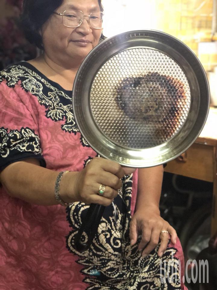 嘉義市婦人羅碧芳網購買鍋子,收到貨品發現品質不如預期,「鍋子薄到打架都會破」,一開火鍋子就變黑,連煎蛋都有困難,實在傻眼。記者王慧瑛/攝影