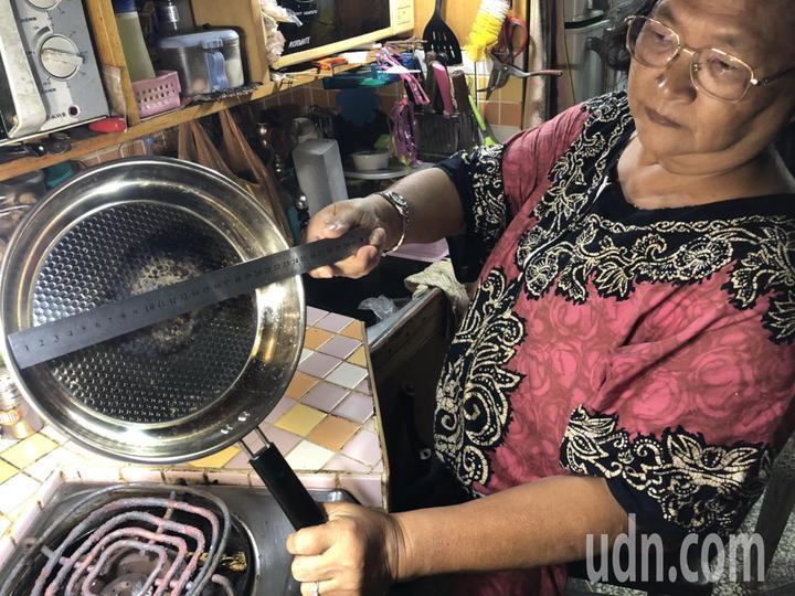 嘉義市婦人羅碧芳投訴指出,去年底被臉書廣告打動,花1088元買了一只不鏽鋼平底煎鍋,產品規格號稱德國製造、2公斤,實際收到只有400公克,產品介紹直徑28公分實際也才24公分,實品質感和網頁介紹差很大。記者王慧瑛/攝影