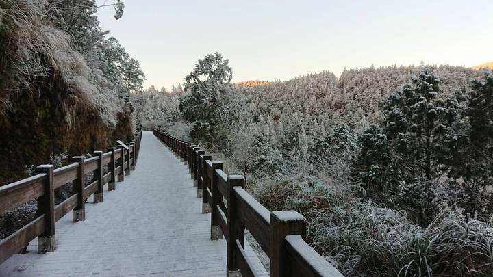 海拔高的翠峰湖步道今天清晨仍有餘雪未融。圖/羅東林管處提供