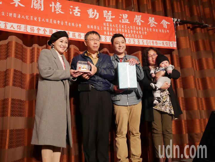 八仙傷友韓寧(左一)與先生蘇庭緯(左三)接受台北市長柯文哲(左二)贈送的雙人枕頭。記者陳靖宜/攝影