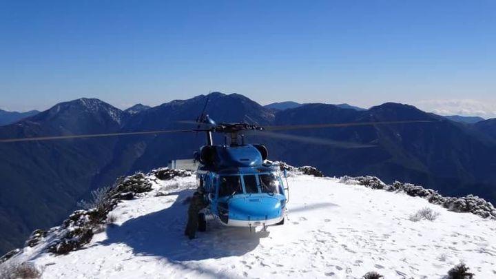 空軍海鷗救護隊出動S-70C直升機,前往海拔3585公尺的玉山北峰,執行高山雪地搜救訓練課目,順利完成任務。圖/空軍嘉義基地提供