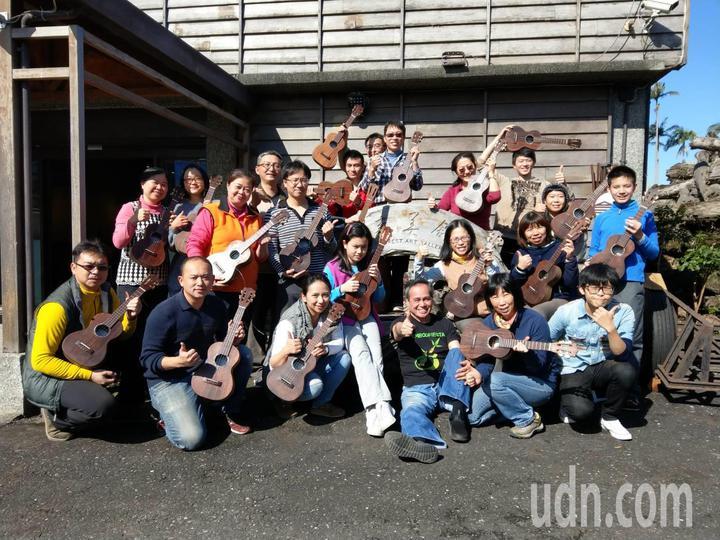 羅東林管處首度開辦「相思實木手工烏克麗麗工作坊」,學員在國際級吉他製作名師Adolfo帶領下,每人都完成一支高質感的烏克麗麗。   記者戴永華/攝影