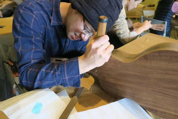 經由Adolfo指導,學員小心刨修烏克麗麗的琴頸。     圖/林管處提供