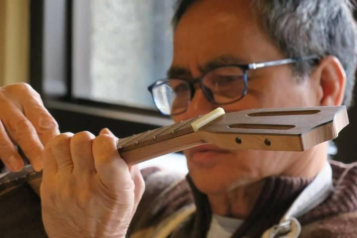 國際級吉他製作名師Adolfo製作烏克麗麗的專注神情。  圖/林管處提供