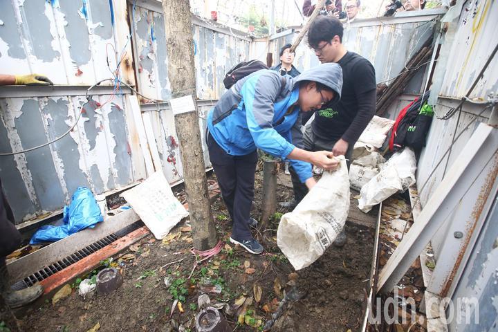 護樹團體搶進工地,將工人前一日挖好的土倒回去。記者程宜華/攝影