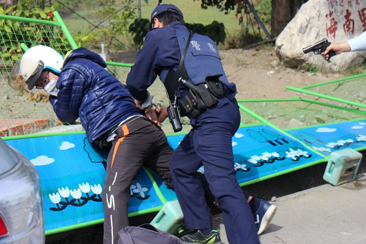 三分局防搶演練逼真,歹徒遭員警撲倒壓制。圖/警方提供