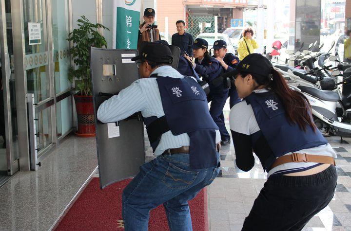 三分局與一銀防搶演練逼真,路過大媽警嚇以手遮臉走避。圖/警方提供