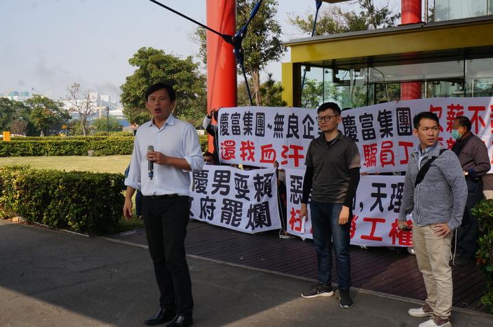 立委黃國昌(左一)今率眾到慶富公司總部大樓陳抗。記者林伯驊/攝影
