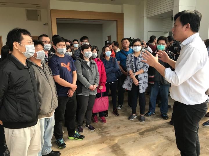 黃國昌(右一)接受慶富離職員工陳情。記者林伯驊/攝影
