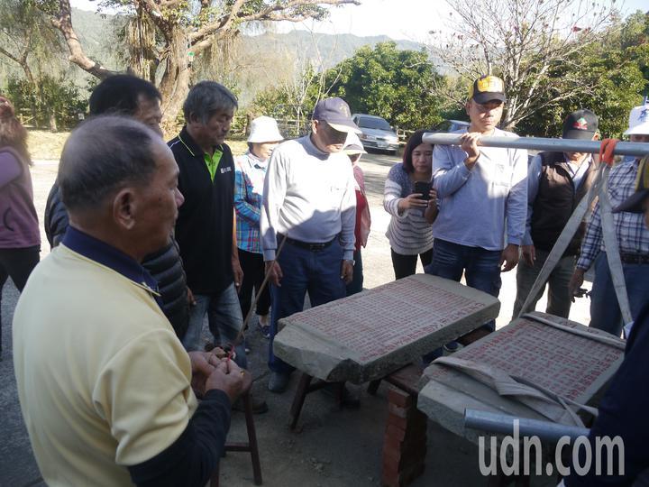 兩塊百年石碑原本放置在戶外,庄內耆老在移碑儀式展開前上香祭拜。記者徐白櫻/攝影