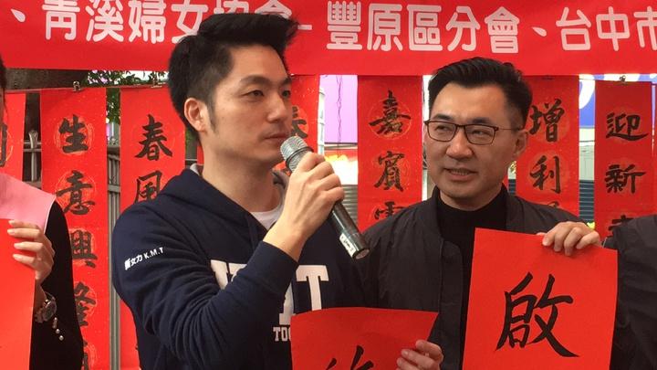 立委蔣萬安(左)自爆婚前差點與老婆分手,還好江啟臣讓女友回心轉意。記者陳秋雲/攝影