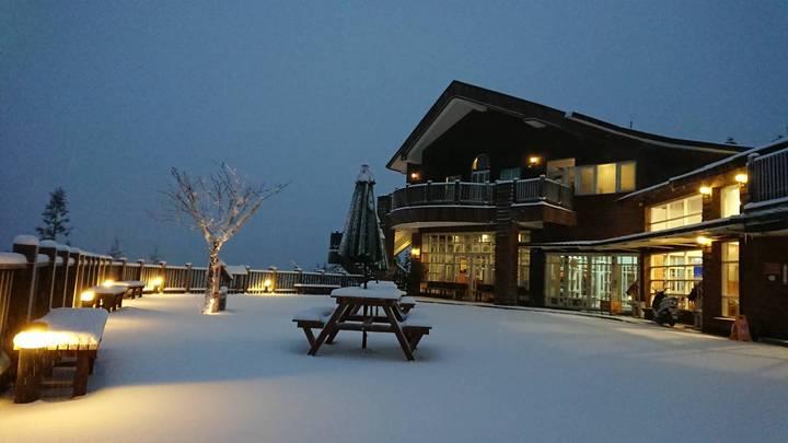 太平山森林遊樂區的翠峰山屋,清晨一片白雪在昏黃燈光的襯托下,溫柔浪漫,是這波寒流中最浪漫的雪景。圖/ 羅東林管處提供