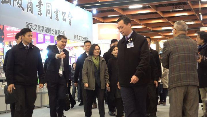 總統蔡英文2月6日出席第26屆台北國際書展開幕,她也在開幕致詞、聽取參展人員講解後,採購了多本的書籍。記者 陳正興/攝影