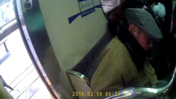 孫姓老翁搭火車到基隆,要去安養院陪伴年邁妻子卻迷路,還好有暖警送他回家。圖/鐵路警察局提供