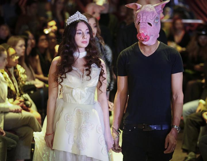 法國設計師利用時紐約裝周,以「揭發你的豬」響應「我也是」運動,邀請受害模特兒走秀並分享自身故事。美聯
