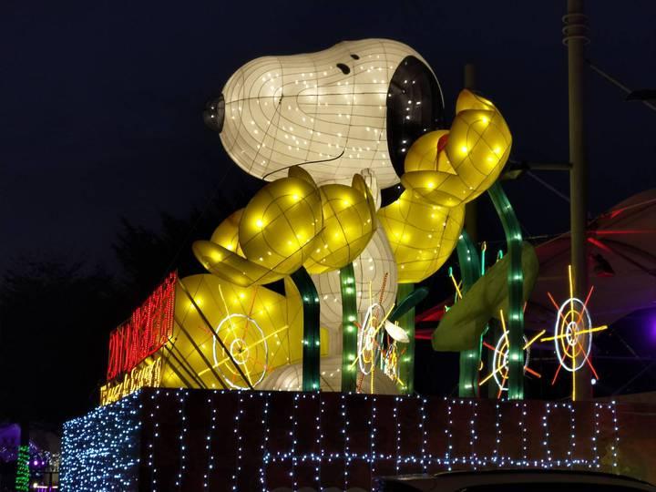 2018桃園燈節即將在年初六21日點燈開啟,最吸睛的Snoopy桃園主燈區,史努比「桃園市歡迎你」花燈十分亮眼。圖/觀旅局提供