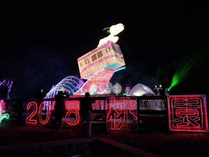 2018桃園燈節即將在年初六21日點燈開啟,三民公園Snoopy桃園主燈區,史努比搭乘機捷象徵「直達美好」,閃亮現身最為吸睛。圖/觀旅局提供