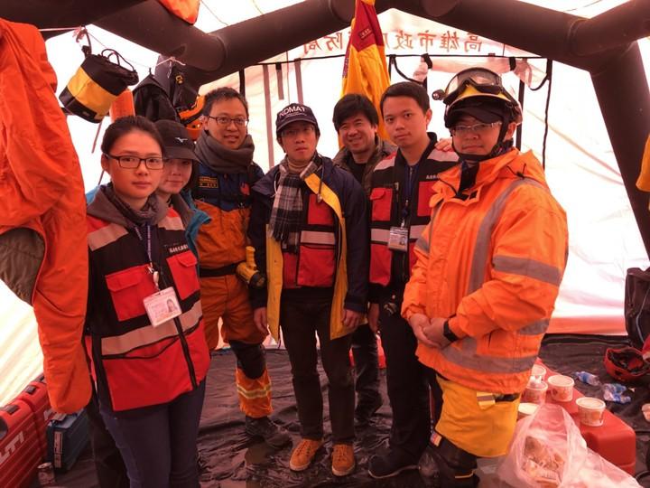 台南奇美醫院急診醫生潘師典(左三)具義消特搜身份,時常在下班後脫下醫師袍,換上搜救隊服前進災難現場。圖/奇美醫院提供