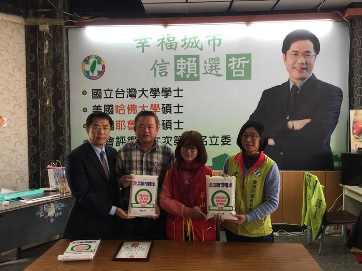 立委黃偉哲(左一)與市議員參選人沈家鳳(右一)捐贈弱勢白米。記者吳政修/攝影