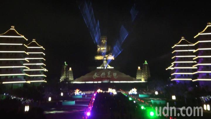 佛陀紀念館自大年初一到十七,每晚七點都有「光照大千 」3D光雕秀。記者王昭月/攝影