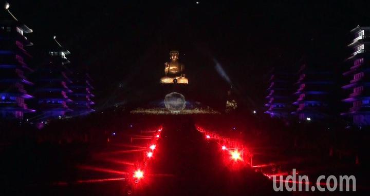 佛光山平安燈法會光照大千3D光雕秀,昨晚試燈,不斷變幻的光影映照在佛館本館及成佛大道上。記者王昭月/攝影