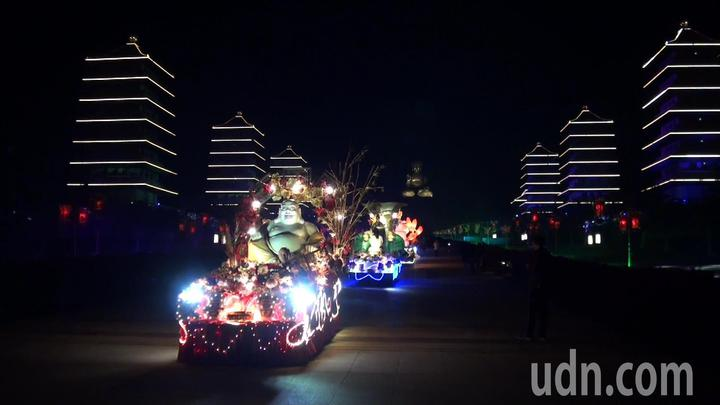 今年佛光山春節平安燈會,有各式創意燈車。記者王昭月/攝影
