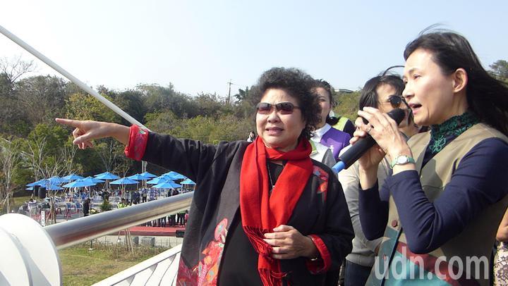 高雄市長陳菊(左)裁示,崗山之眼空中廊道可享免費的居民,目前還是以岡山區和燕巢區為主。記者楊濡嘉/攝影