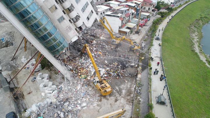 傾倒的雲門翠堤大樓,昨天下午進行開挖拆除作業。圖/花蓮縣政府提供