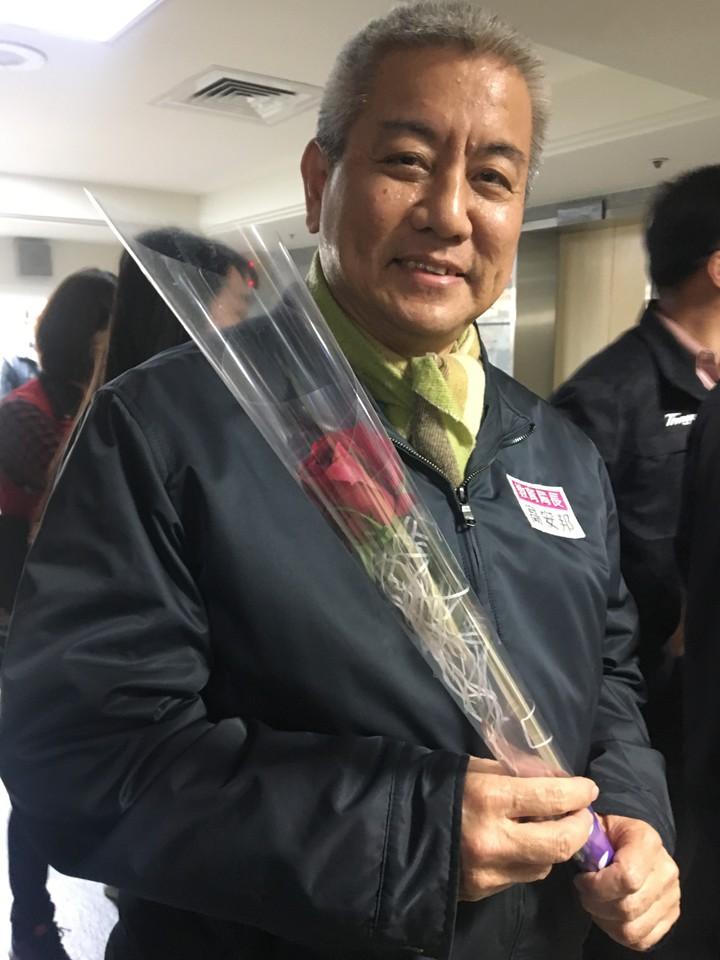 今天適逢西洋情人節,市長鄭文燦也貼心準備一人一支玫瑰花,送給市府各局處首長,教育局長高安邦開心收花。記者張裕珍/攝影
