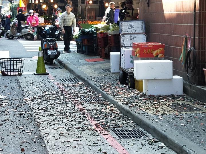 基隆市光一路成功華廈磁磚大片崩落。記者游明煌/攝影
