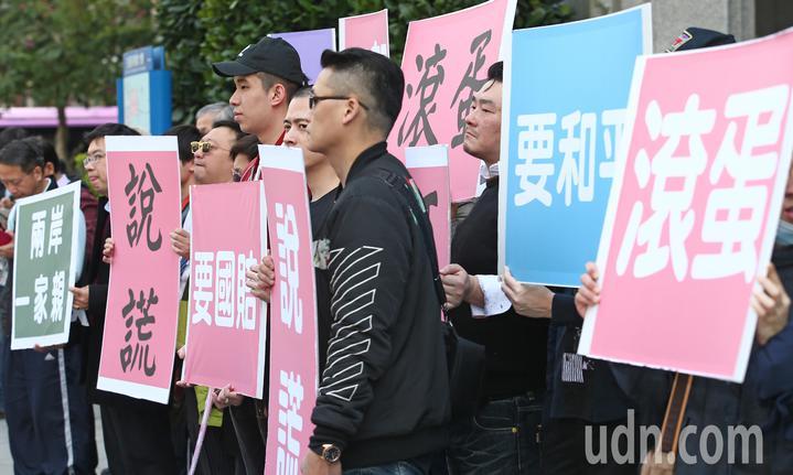 近百位台生、台青前往交通部抗議機票變貴回不了家,同時也抗議部長賀陳旦公然說謊。記者杜建重/攝影