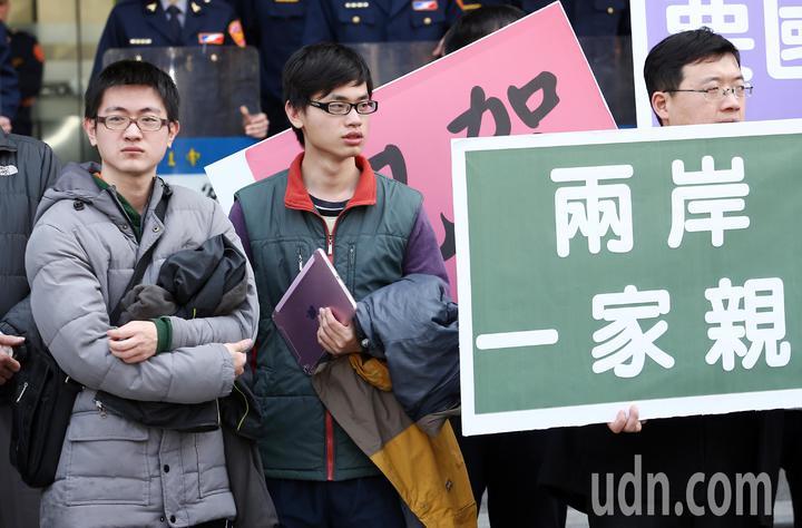兩岸政治角力,讓回台機票大漲,「台灣學生聯誼總會」號召近台生前往交通部與總統府抗議。學生表示,機票大漲近一倍,回台機票都能飛美國了。記者杜建重/攝影