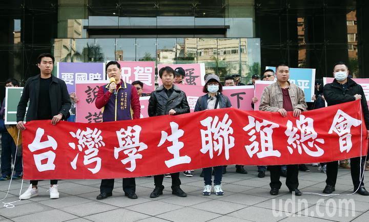 政府不批准春節加班機,造成兩岸航線機票大漲,「台灣學生聯誼總會」下午號召近百位台生、台青前往交通部與總統府陳情,除向政府提出抗議,也要求國賠。記者杜建重/攝影