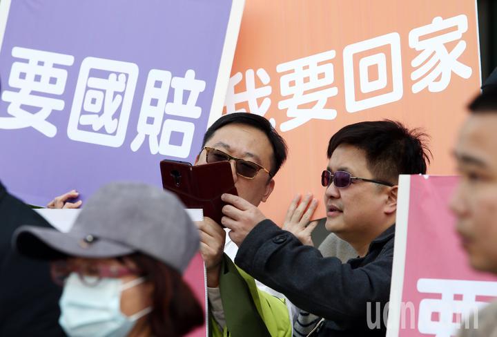 大陸啟動M503航路,政府以不批准春節加班機反制,「台灣學生聯誼總會」號召近百位台生、台青前往交通部與總統府陳情,希望政府給他們一條回家的路。記者杜建重/攝影