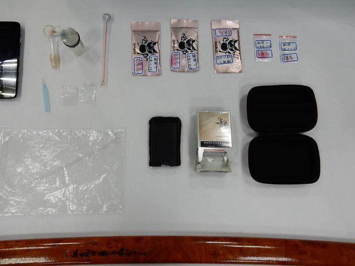 彰化縣溪湖警方今天逮捕詹姓雙胞胎等16名青少年,查獲不少毒品。記者何烱榮/翻攝