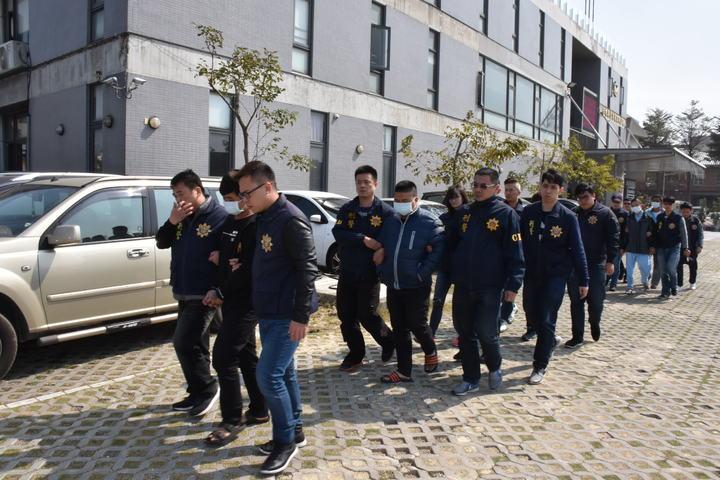 彰化縣溪湖警方今天逮捕詹姓雙胞胎等16名青少年,他們涉嫌組織犯罪,用暴力恐嚇取財和傷害。記者何烱榮/翻攝