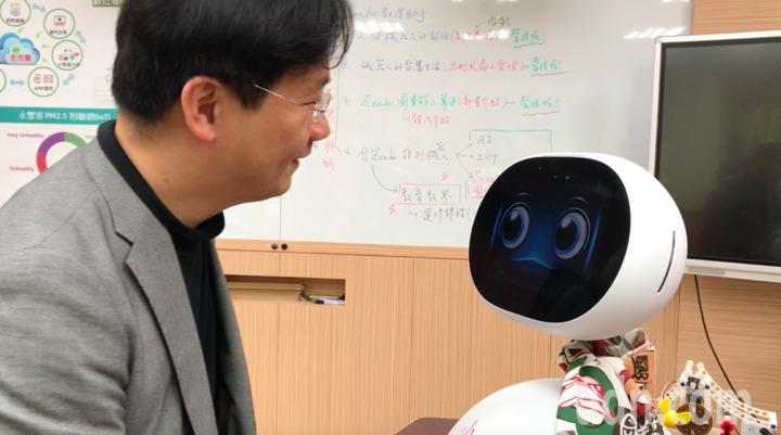 由桃園市教育局補助的zenbo機器人,永豐高中教師將其融入資訊課程,透過程式設計讓機器人變聰明,機器人不僅可以當助教、老師,也能當學生。記者許政榆/攝影