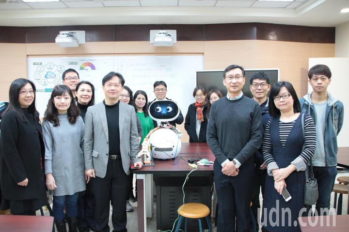 桃園市永豐高中和內壢國中教師團隊合作,首度嘗試結合物聯網、人工智慧,讓機器人融入資訊課程,讓學生從國中開始接觸程式設計,提早培育科技人才。記者許政榆/攝影