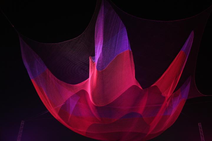 走進燈會「懸空藝術燈區」遙望夜空,一縷絢彩薄紗隨風飄舞,是美國藝術家Janet 的懸空藝術作品。圖片/嘉義縣政府提供