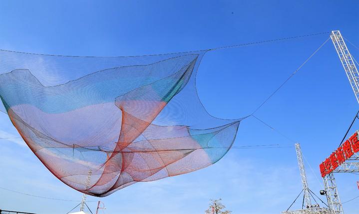 燈會「懸空藝術燈區」上空,創作者以織網編結懸掛空中、隨風飄舞。記者卜敏正/攝影