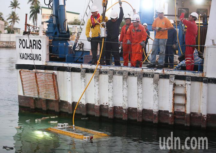 飛安會打撈空勤隊黑鷹直升機,今天傍晚從高雄搭乘寶拉麗絲號出發,工作人員出發前測試即將下海打撈黑鷹的水下無人載具。記者劉學聖/攝影