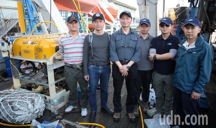 飛安會打撈空勤隊黑鷹直升機,今天傍晚從高雄搭乘寶拉麗絲號出發前往蘭嶼失事海域打撈,飛安會主任調查官張文環(左三)帶領飛安會工作人員前往。記者劉學聖/攝影