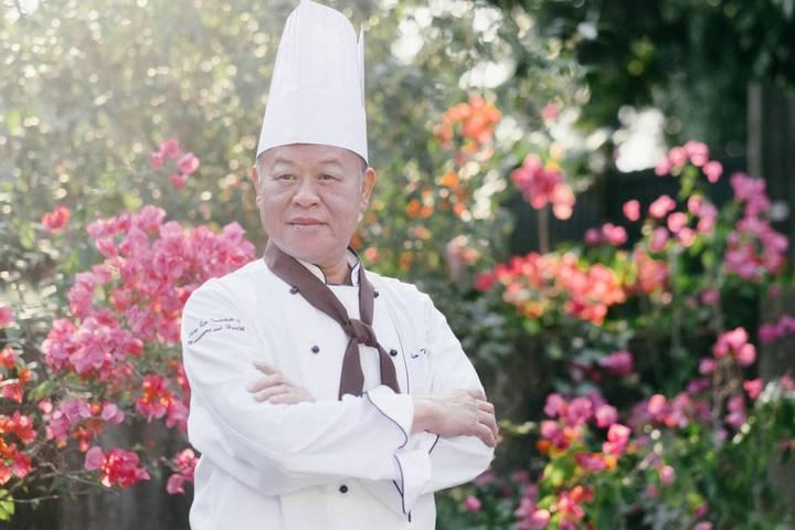 張明達為了推銷他的十大政見,穿廚師裝拍「達哥上菜,政見滿漢全席」影片。記者卜敏正/翻攝