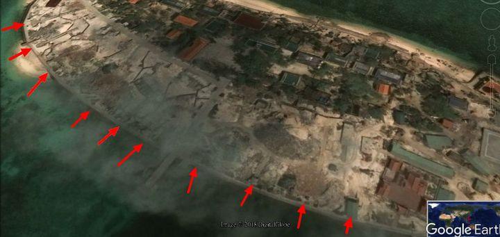 但我方近一年來透過衛星照片,長期監控越南敦謙沙洲動態,「衛星照片天天看」,發現敦謙沙洲雖然砲陣地建構完善(箭頭處均為海際砲位),但越方並未將實際將火砲登島部署。在此情況下,海巡備便的155榴砲雖完成訓練,但卻沒有必要此時前進太平島,以免影響當地平靜的氣氛。圖/翻攝自Google Earth 製圖/洪哲政