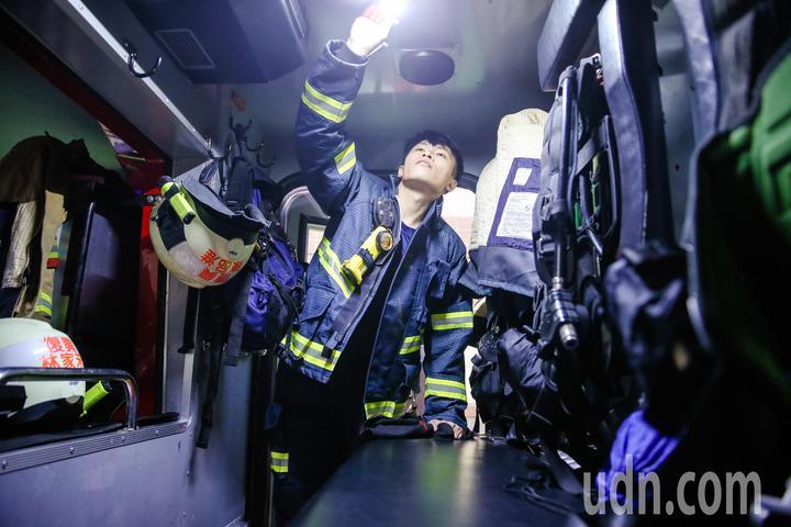 74年次的台北市消防復興分隊隊員賴怡達,曾在過年間跨縣市到台南救災。記者鄭清元/攝影