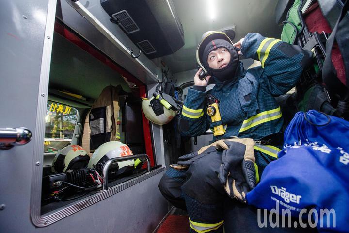 賴怡達說,消防員工作艱辛,但是卸下厚重的消防衣後,消防員也只是個人,勤務間一定會跟家人保持連絡報平安,也希望不要再發生傷亡如此慘重的地震災情。記者鄭清元/攝影