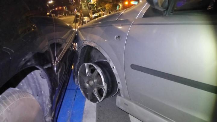 因輪胎皮已脫落,沿途磨輪框的轎車最後在土城區水源街54號失控撞上路邊車輛後停駛。記者陳雕文/翻攝