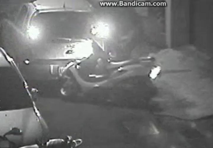 21歲詹姓男子發現警方尾隨後,開始猛踩油門,從國慶路與干城路口一路衝進南雅夜市旁的死巷內,警員林緯龍騎機車跟在後頭,停在巷子中央,隨即拿槍喝令下車,但詹男竟倒車把警車撞開。記者陳雕文/翻攝