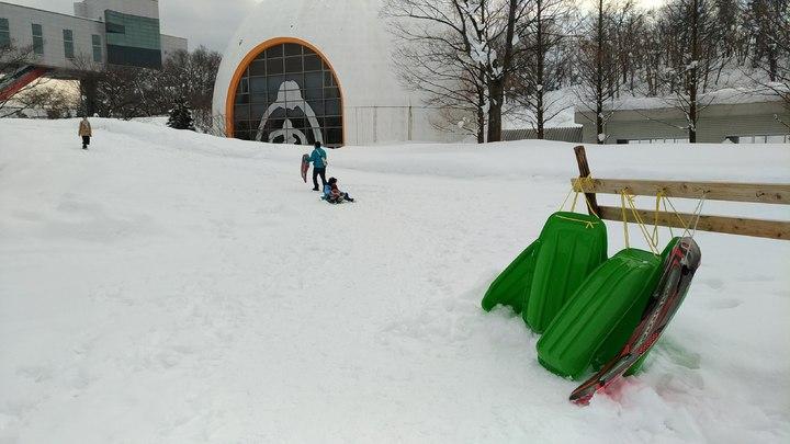 秋田故鄉村還有雪坡讓民眾免費使用雪盆,親子同樂。記者楊德宜/攝影